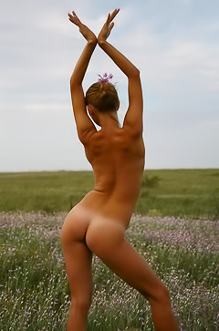 Nadalia is nude in the field