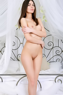 Stella Moon - Cutie reveals her natural body when posing in bed